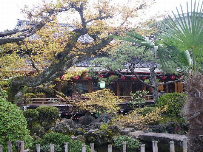庭も見事な『上七軒歌舞練場(かみしちけんかぶれんじょう)』