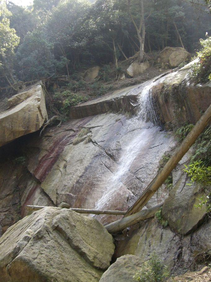 大きな岩をすべる美しい白糸の滝