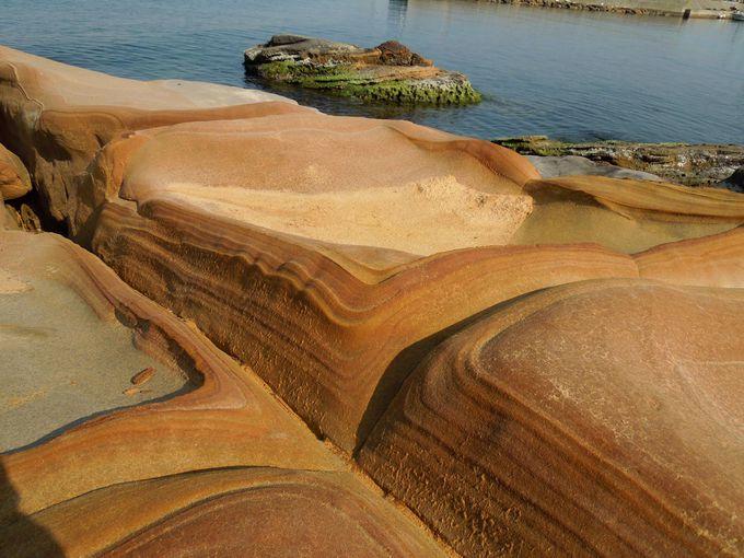 絵島の岩肌は、とってもなめらかな縞模様