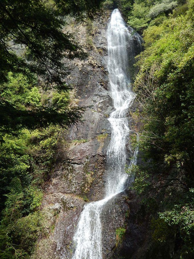水量たっぷりなら、兵庫県八景の『七種滝』はとても見事