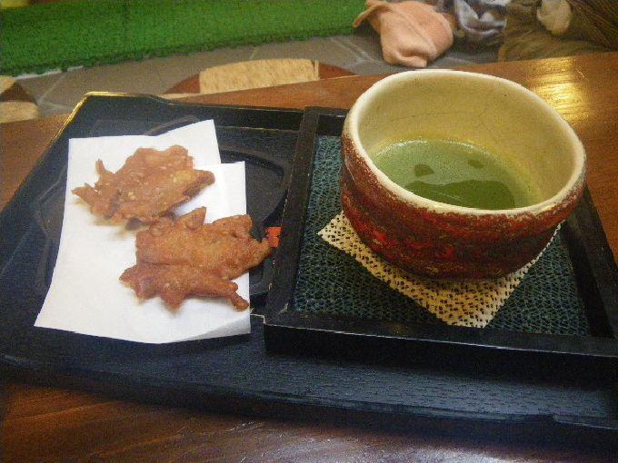 箕面名物・モミジの天ぷらと真赤な箕面焼き