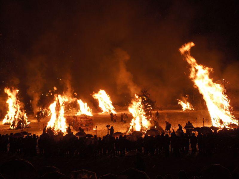 紅い長襦袢が浮かれ踊る、これが福井県の奇祭『勝山左義長』だ!