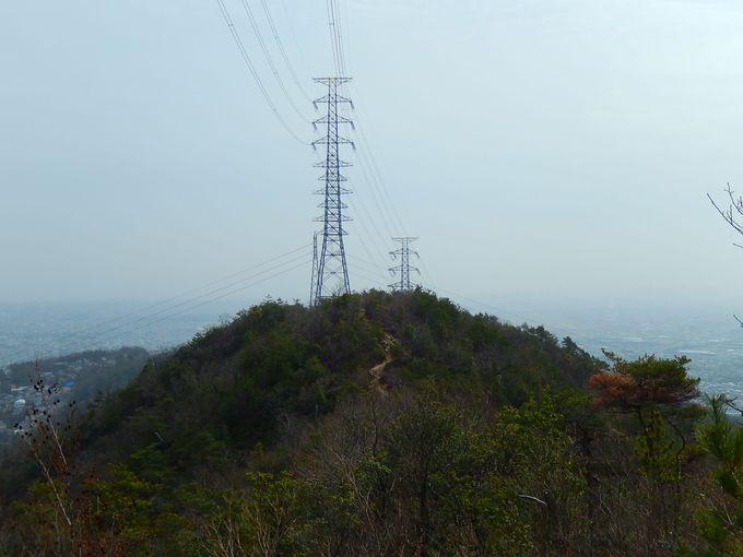 稜線沿いの鉄塔をたどる