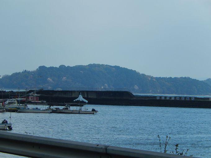 コンクリート船・武智丸が守る安浦漁港