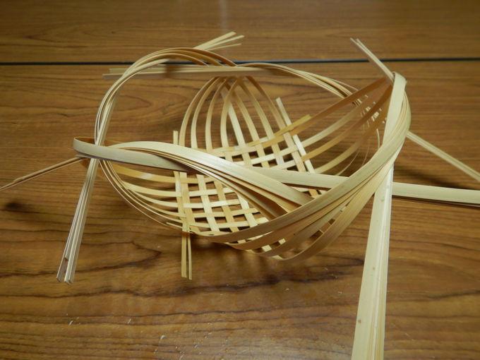 「竹細工体験」で繊細な花籠を編む!