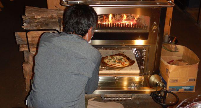 薪ストーブで焼き上げられる特製ピザ