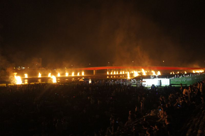 富士川の両岸に108の巨大たいまつを灯す奇祭「南部の火祭り」