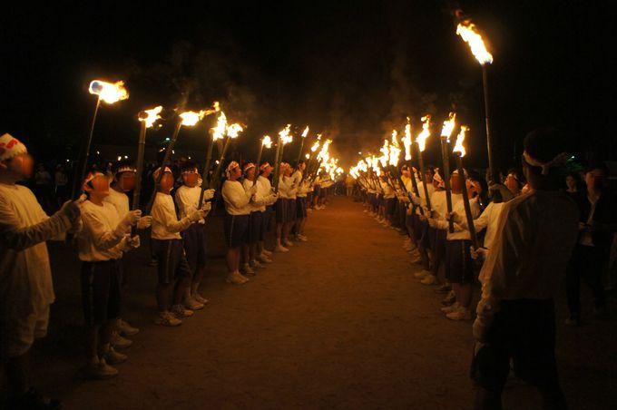 日中にはお神輿やパレード、夜には花火と鳥居焼きも!