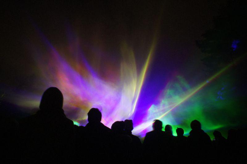 冬の夜空を人工オーロラで彩る北杜市「八ヶ岳オーロラ伝説」