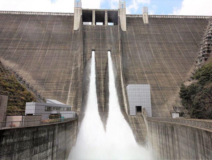 宮ヶ瀬ダムで大迫力の人口瀑布を堪能!