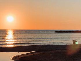 京都「夕日ヶ浦海岸」夕陽を照り返す海面は見る人の心も映す