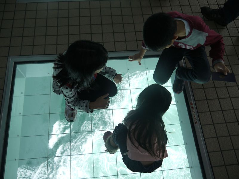 鳴門「渦の道」でちびっこ大興奮!ガラスの下には世界最大規模の渦潮が!