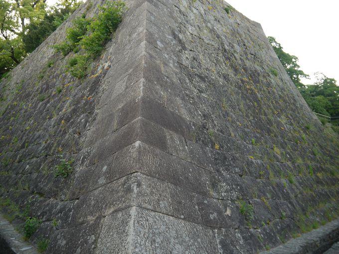 徳川時代になると、石垣は美しい城壁のように変わっていきます。