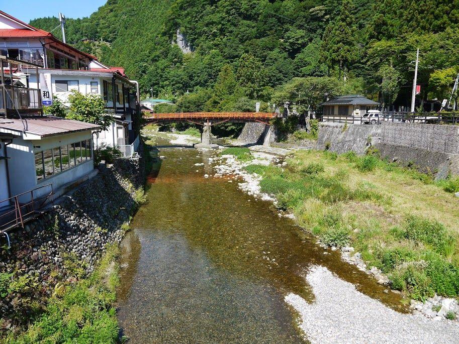 洞川温泉の中心に流れる川の中をのぞくとニジマスが♪