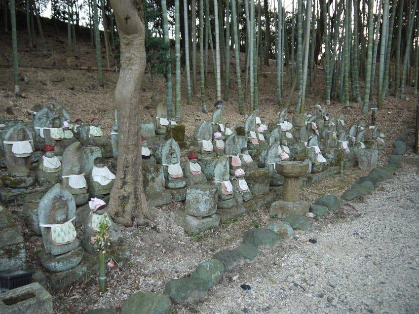 豊明側の古戦場付近には無念仏を弔った石仏が無数に…