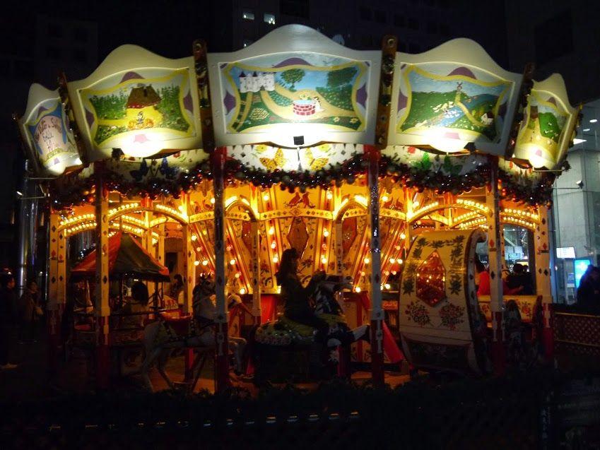 夜に明々と浮かび上がる幻想的なメリーゴーランド!