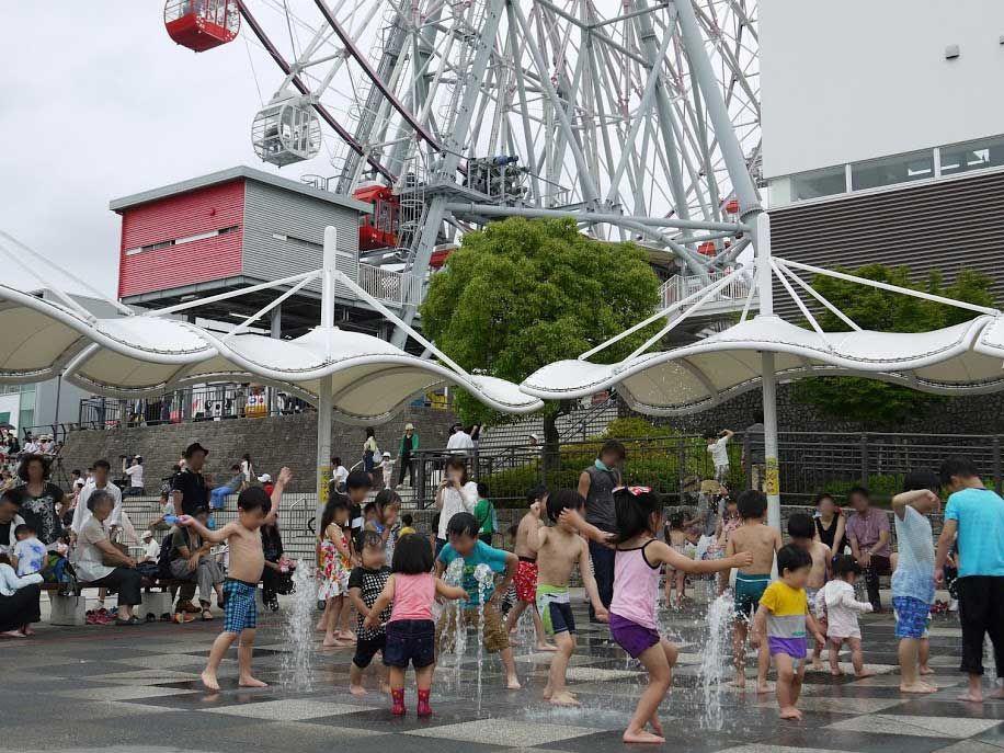 子供達は大喜び!暑い日は足元から吹き出す噴水で水遊び♪