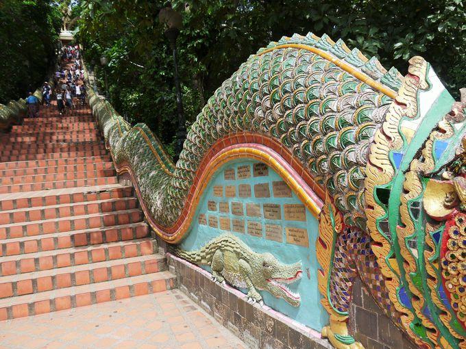 蛇道を歩くような階段を歩いて山頂寺院へ