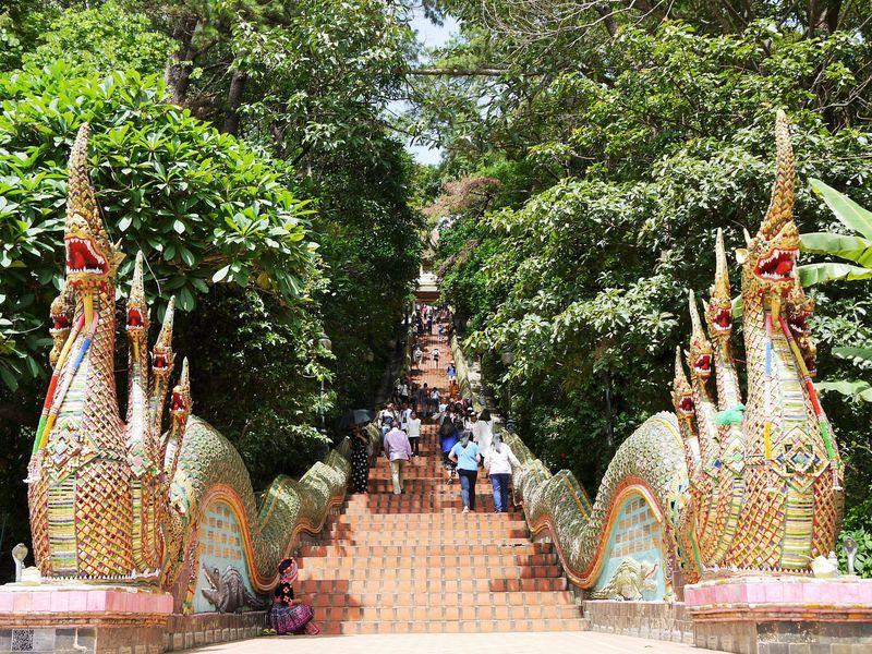 チェンマイ観光No.1の名所!ドイステープ寺院の蛇神ナーガ
