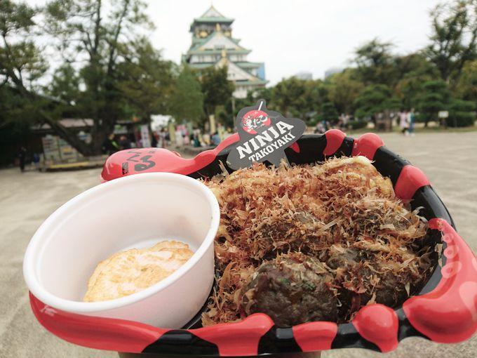 大阪城をバックに写真を撮りたいけどアツアツ!