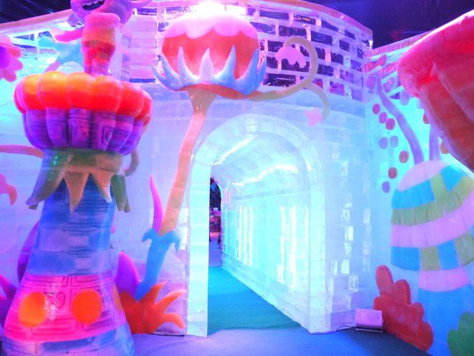 幻想的な光の反射に囲まれた氷のトンネル
