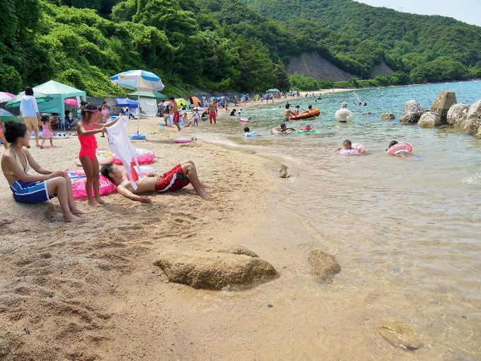 波も穏やかで、透明度も抜群!「手の浦海水浴場」