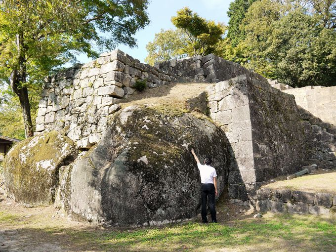注目すべきは、巨岩を利用して構築された石垣