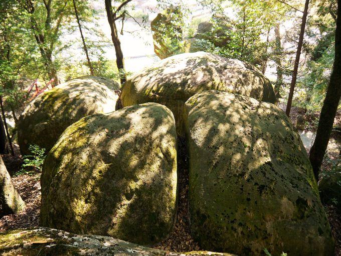 丸山神社の巨岩と夫婦岩