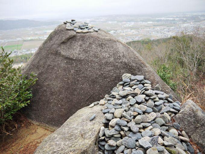 落ちそうで絶対に落ちない巨岩は合格祈願スポット