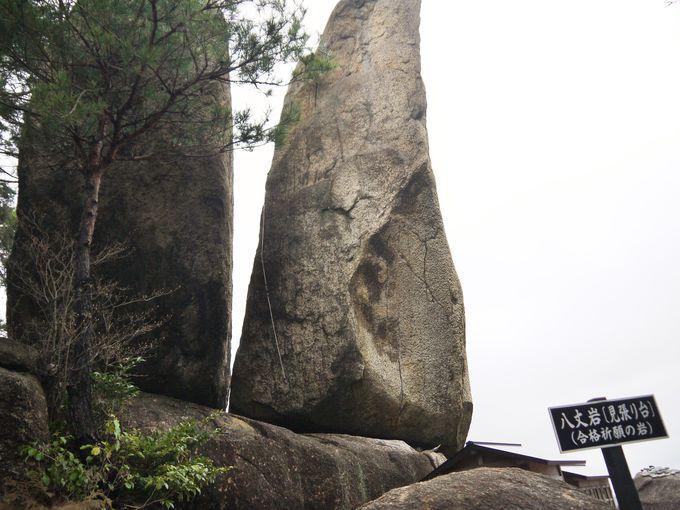 浮いているように見える八丈岩は山城のシンボル