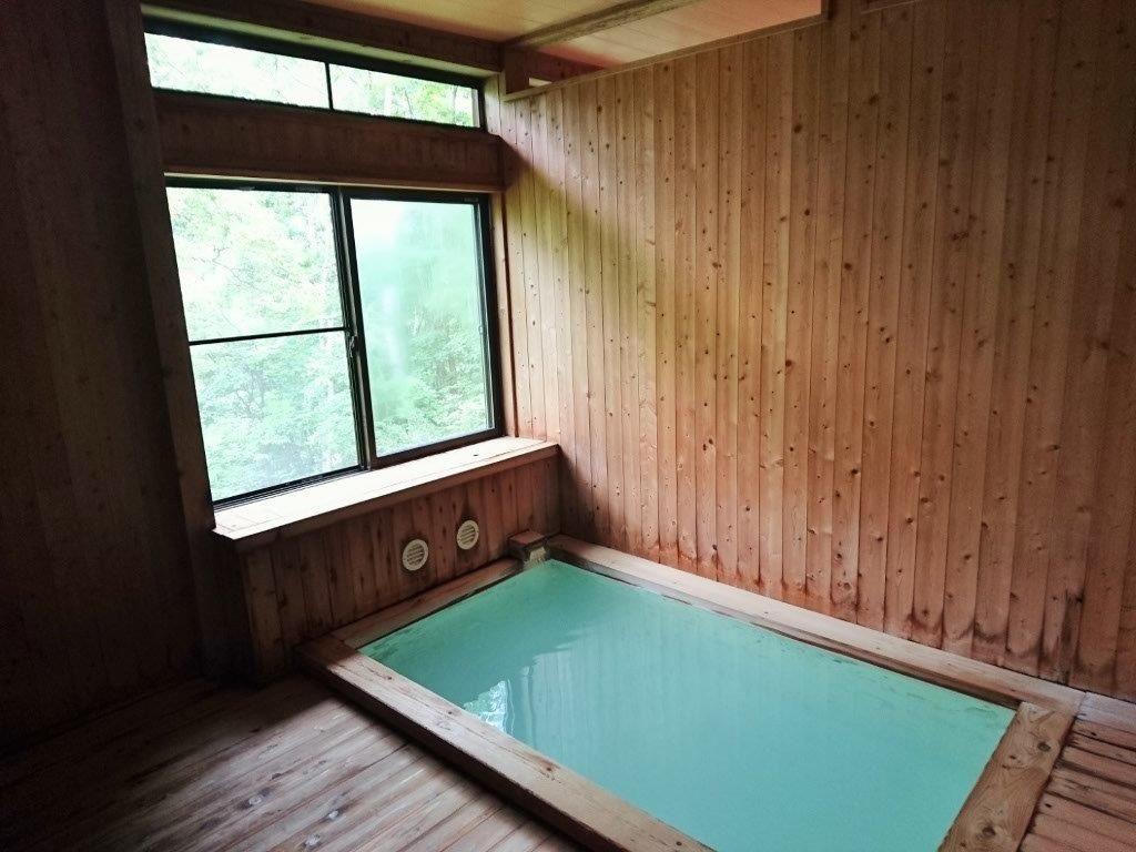檜の香り漂う内湯と天然乳白色の単純硫黄泉