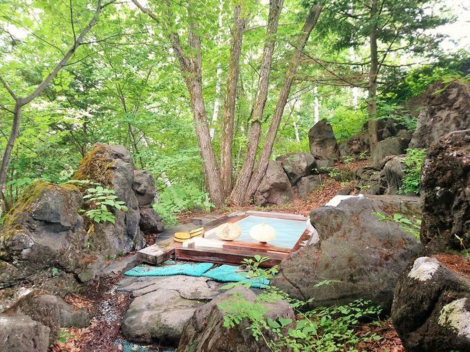 秘湯感バッチリ!白樺の樹林帯に囲まれた露天風呂