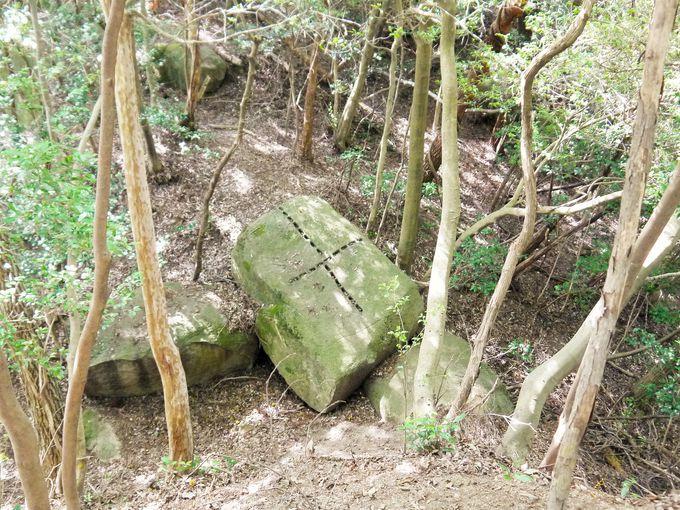 まるで謎の十字架!くさび跡のある花崗岩