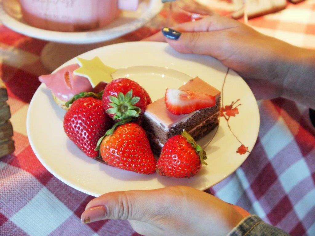 さぁ!お皿にイチゴを盛りに行きましょう