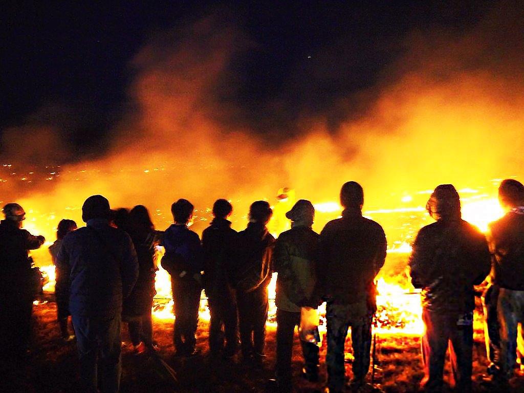 一面が火の海に!炎は足元に迫り幻想的