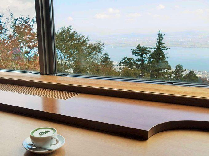 窓際に座ると眼下に雄大なびわ湖の絶景!