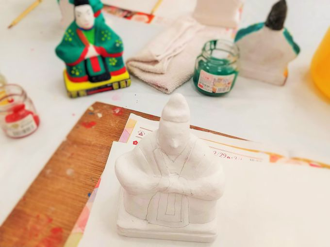 塗り始めると、もう夢中!三原人形の絵付け体験