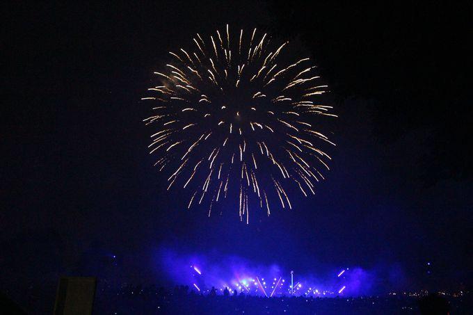 横浜港を美しく彩る光と音と花火のショー