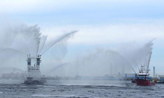 横浜港で活躍する官公庁艇のパレードも