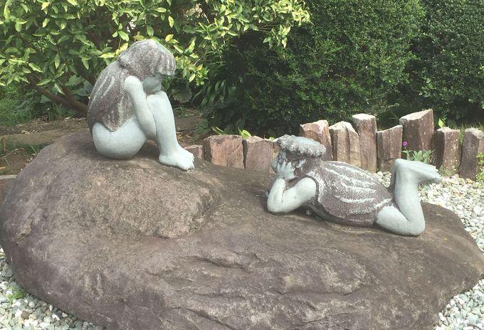 川辺に立つ河童像