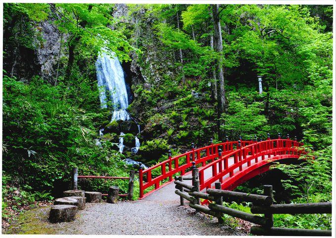 3段からなる不動の滝は15メートルの名滝