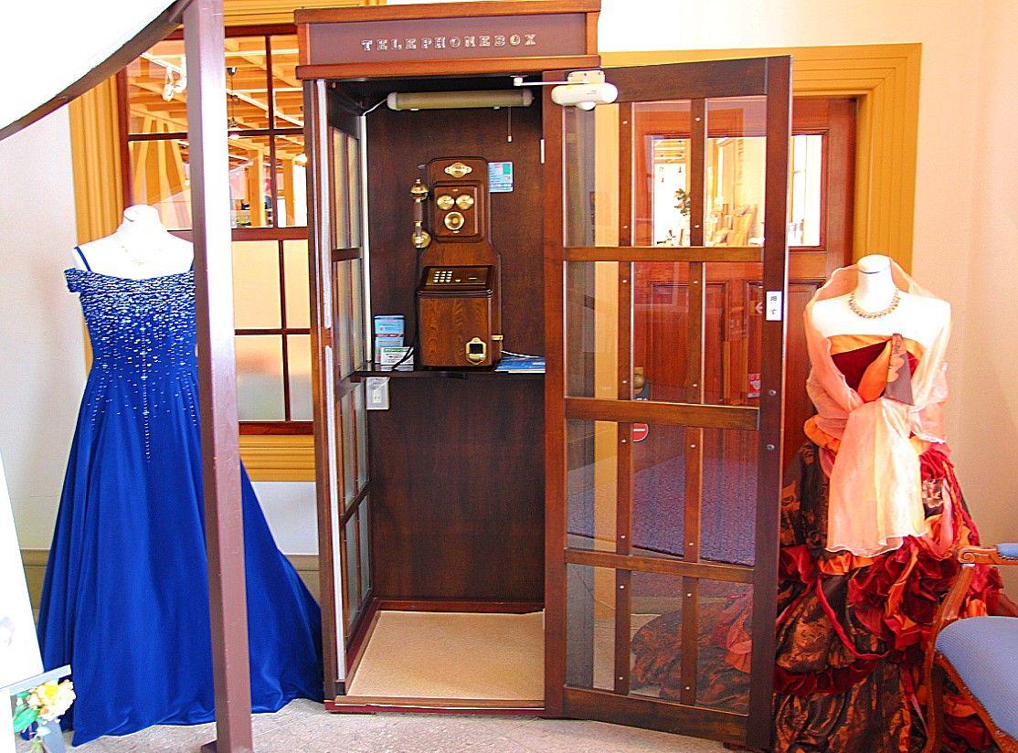 秋田県のお土産が並ぶ「明治百年堂」や、ドレス体験も