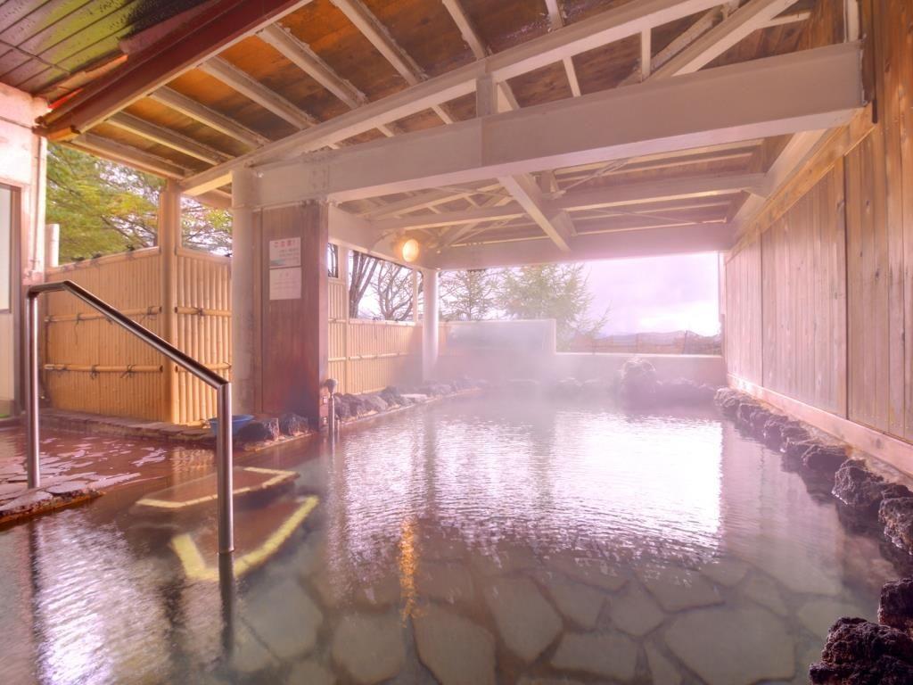 八幡平の自然を眺めながら源泉掛け流しの温泉に浸かる
