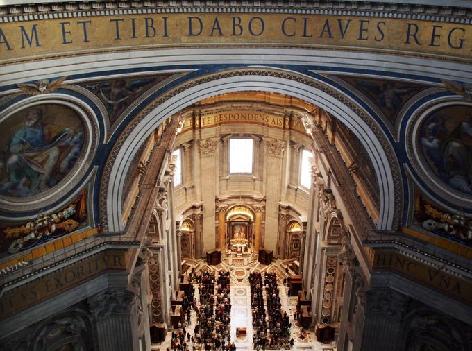 荘厳な雰囲気に包まれた大聖堂を見下ろす