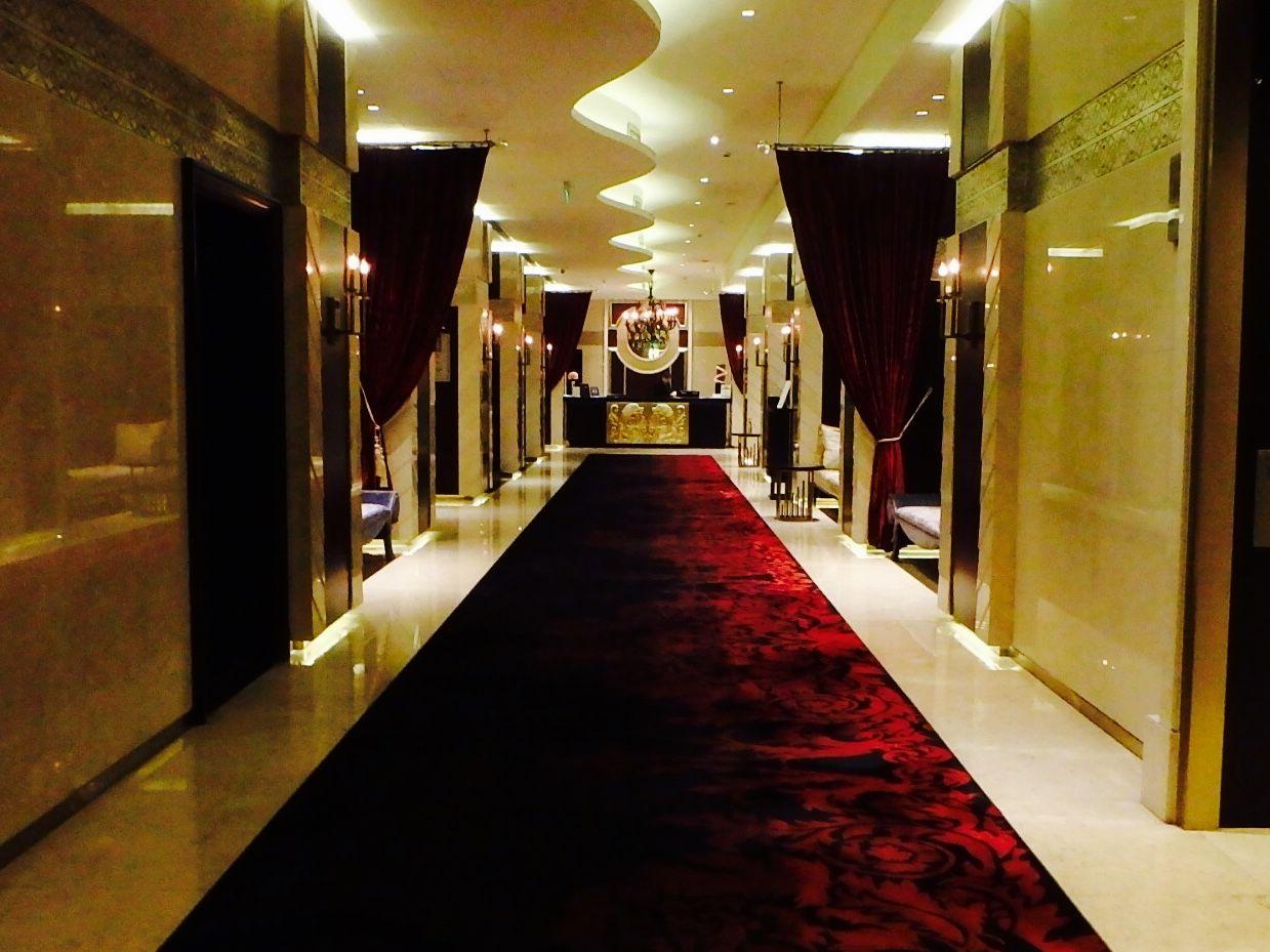 フロントまで続く長い廊下