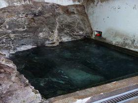 岩盤の割れ目から自然湧出!歴史ある白木川内温泉「旭屋旅館」