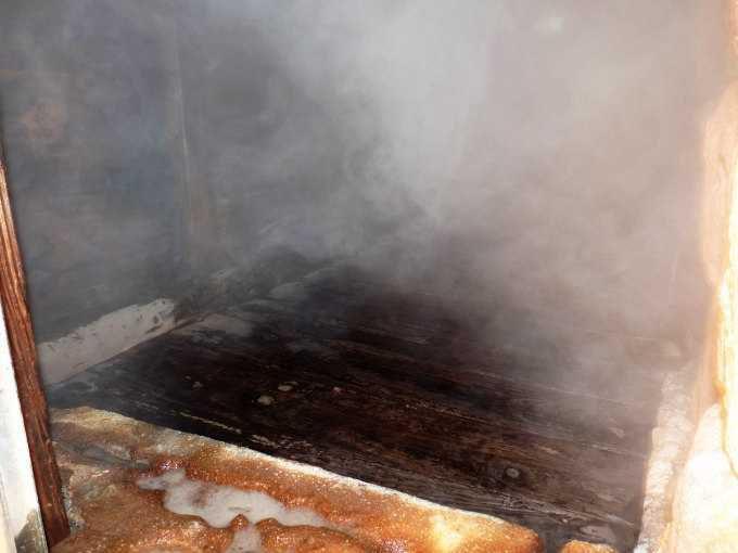 強烈な蒸気が立ち込める「蒸し湯」