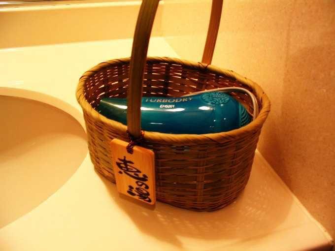 竹籠を渡されて温泉に・・・まるで旅気分
