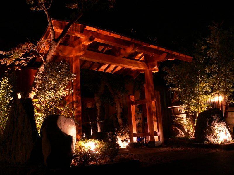 夜の帳が降りライトアップされ幻想的な雰囲気!