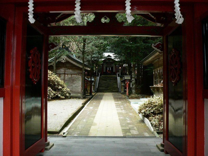 御池を望むパワースポット霧島東神社